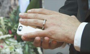 ABD-vatandasi-cep-telefonu-ile-evlendi