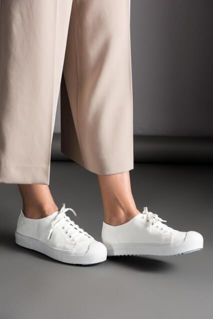 beyaz-ayakkabi-nasil-kombinlenir